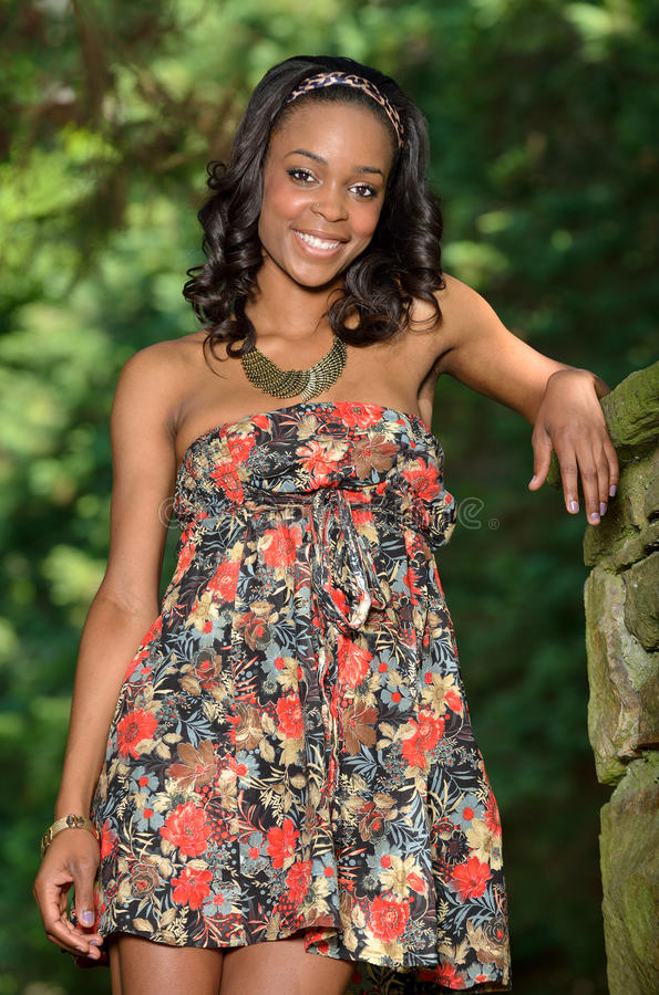 Mooie jonge Afrikaanse Amerikaanse vrouw in bloemensundress stock foto