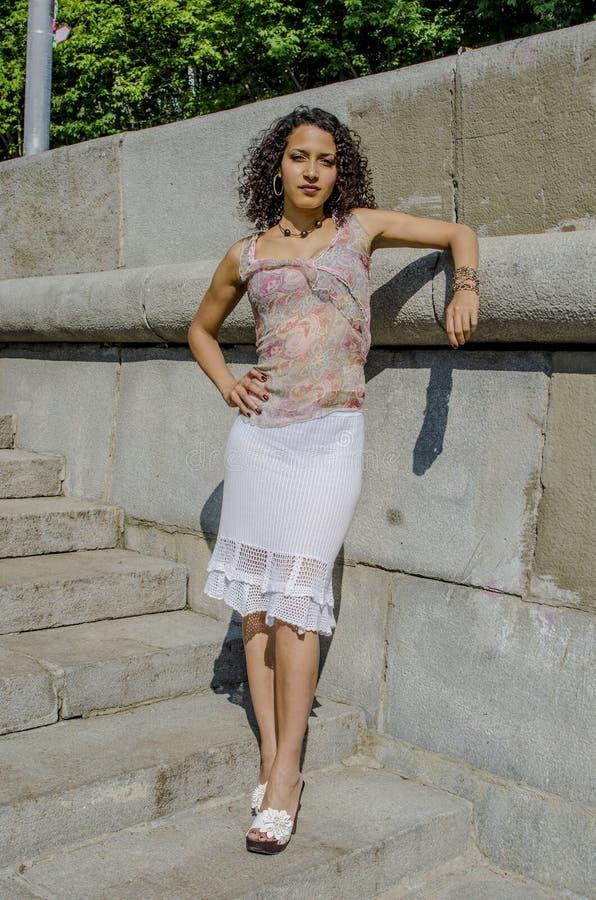 Mooie jonge Afrikaanse mulatvrouw in een de zomerkleding op een industriezone royalty-vrije stock afbeeldingen