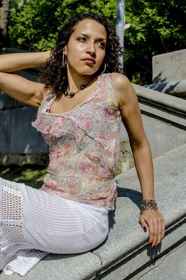 Mooie jonge Afrikaanse mulatvrouw in een de zomerkleding op een industriezone royalty-vrije stock foto
