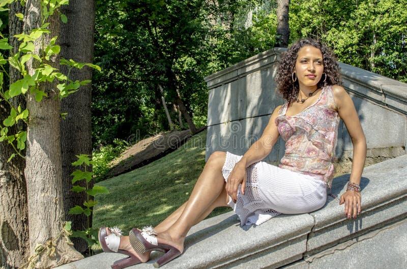 Mooie jonge Afrikaanse mulatvrouw in een de zomerkleding op een industriezone royalty-vrije stock afbeelding