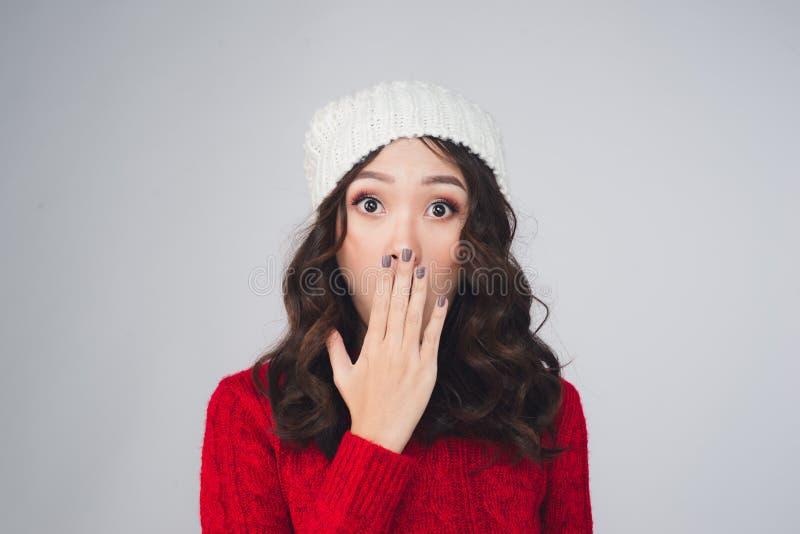 Mooie jonge Aziatische verraste vrouw in warme kleding, stock afbeeldingen