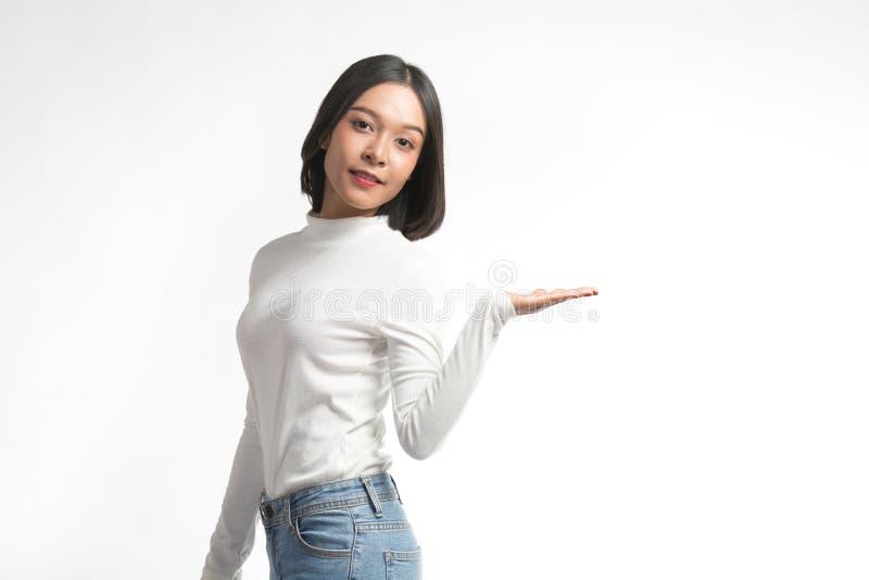 Mooie jonge Aziatische vrouw die op whitespace richten royalty-vrije stock afbeelding