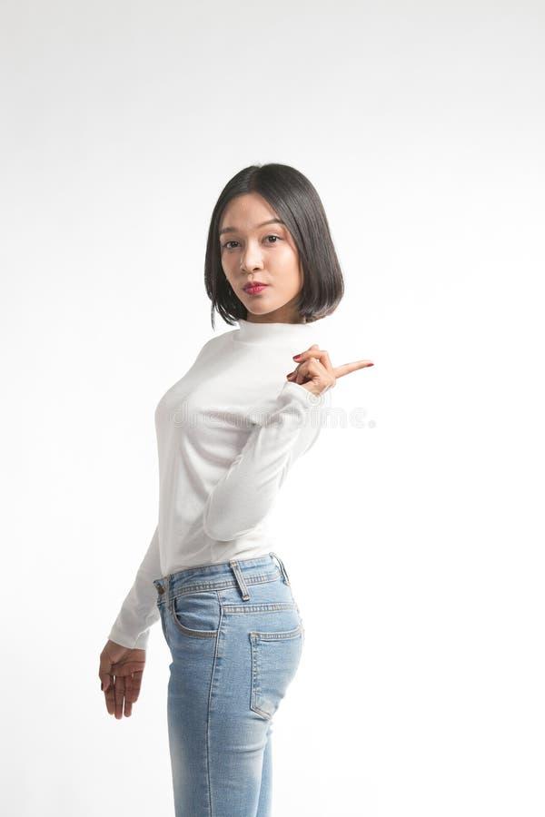 Mooie jonge Aziatische vrouw die op whitespace richten royalty-vrije stock foto