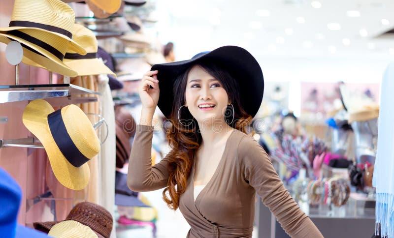 Mooie jonge Aziatische vrouw het winkelen hoedenmanier royalty-vrije stock fotografie
