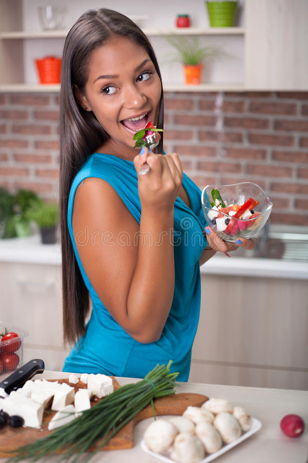 Mooie jonge Aziatische vrouwen die verse salade eten stock afbeelding