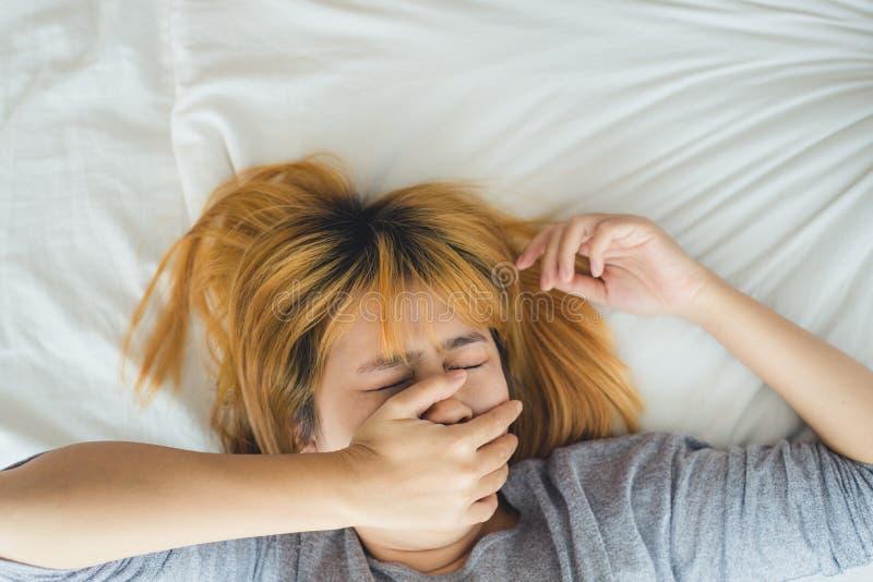 Mooie jonge Aziatische vrouwenslaap in bed in de ochtend stock fotografie