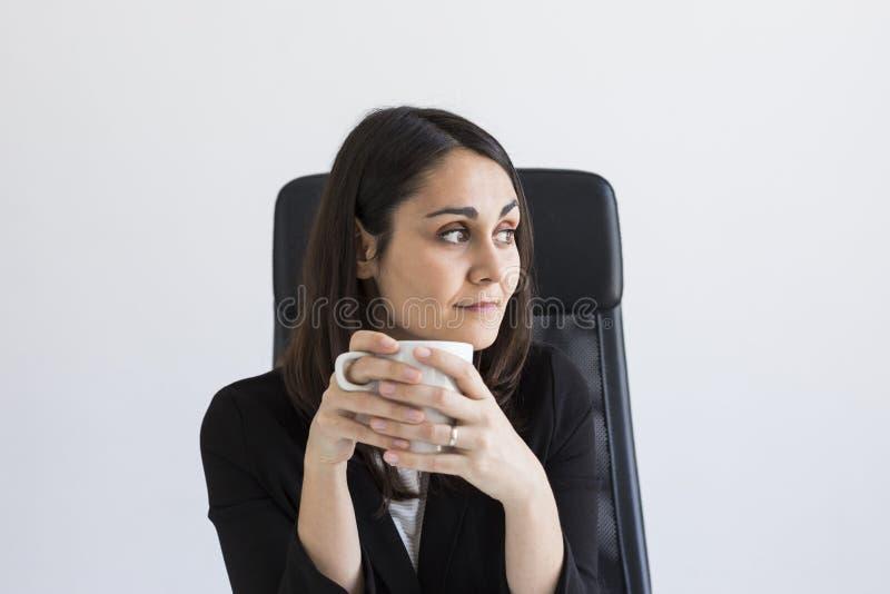 mooie jonge Bedrijfsvrouw die een kop van koffie houden Bedrijfs concept levensstijl binnen royalty-vrije stock afbeeldingen