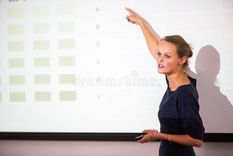 Mooie, jonge bedrijfsvrouw die een presentatie geven royalty-vrije stock foto