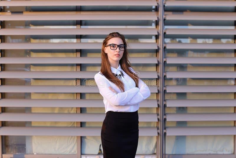 Mooie jonge bedrijfsvrouw, student het stellen voor op camera, sm stock afbeeldingen