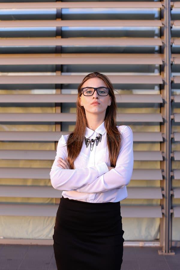 Mooie jonge bedrijfsvrouw, student het stellen voor op camera, sm royalty-vrije stock afbeeldingen