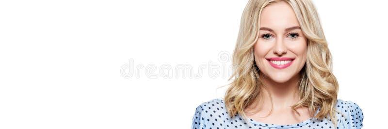 Mooie jonge blonde glimlachende vrouw met schone huid, natuurlijke samenstelling en perfecte witte die tanden over witte achtergr royalty-vrije stock foto
