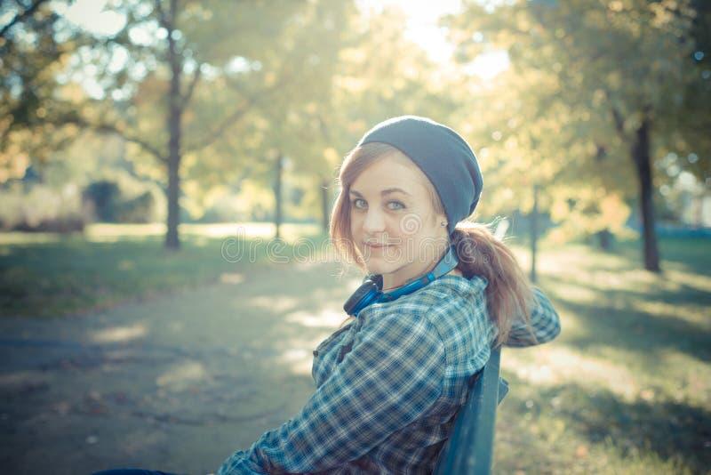 Mooie jonge blonde hipster modieuze vrouw stock foto