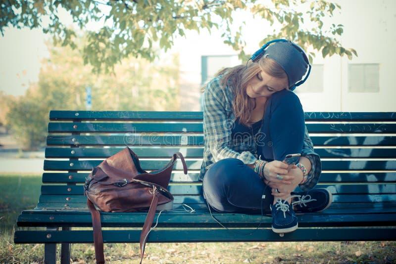 Mooie jonge blonde hipster vrouw het luisteren muziek stock afbeeldingen