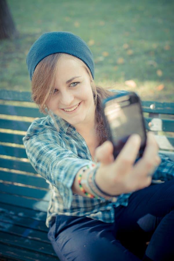 Mooie jonge blonde hipster vrouw selfie royalty-vrije stock foto's