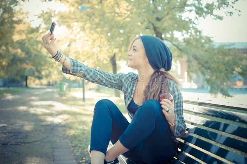Mooie jonge blonde hipster vrouw selfie stock afbeeldingen