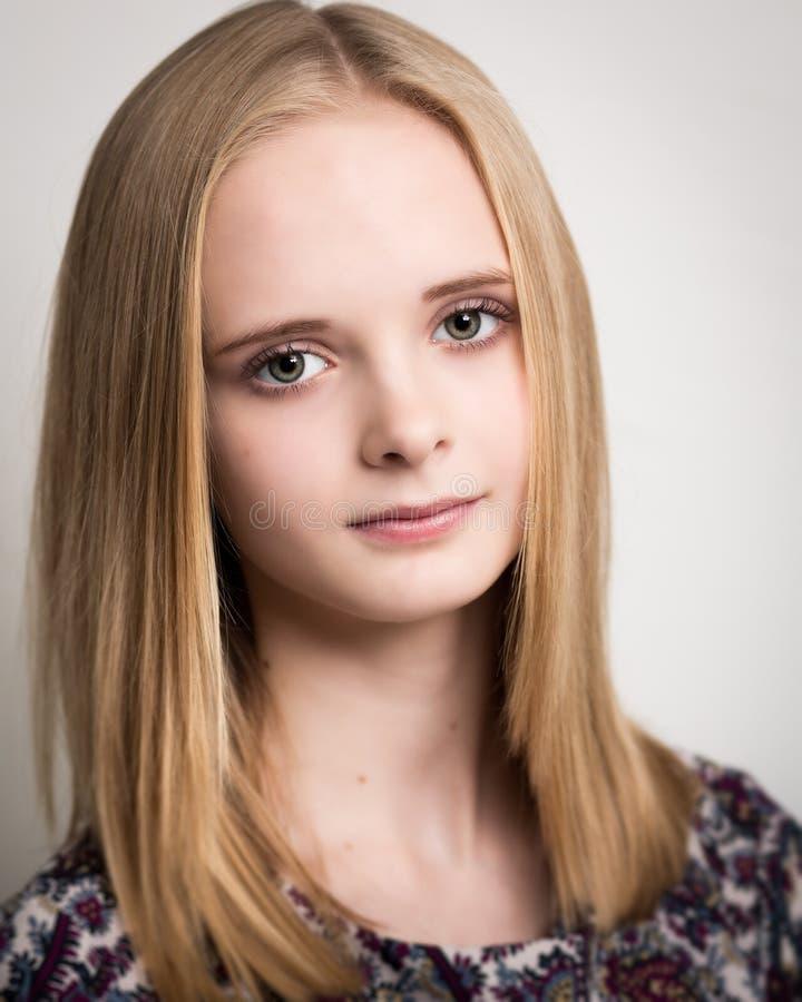 Mooie Jonge Blonde Tiener in Bloembovenkant stock afbeeldingen