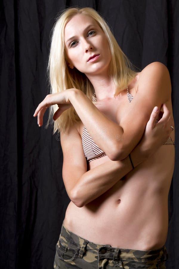 Mooie jonge blonde vrouw in camouflage royalty-vrije stock afbeeldingen