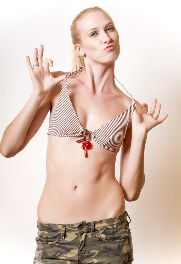 Mooie jonge blonde vrouw in camouflage stock fotografie