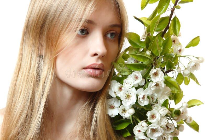Mooie jonge blonde vrouw met de lentebloemen royalty-vrije stock foto