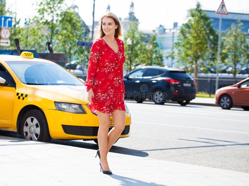 Mooie jonge blonde vrouw in rode kleding royalty-vrije stock afbeeldingen