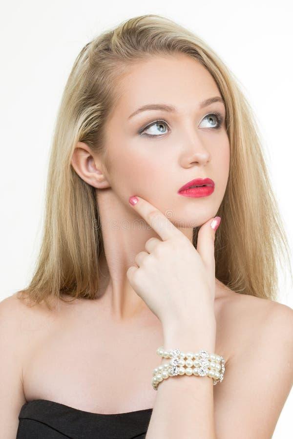Mooie jonge blonde vrouw in veelvoudige armbanden stock foto