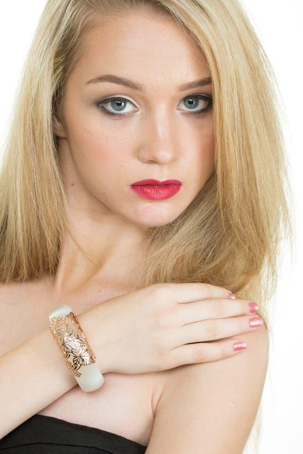 Mooie jonge blonde vrouw in veelvoudige armbanden royalty-vrije stock afbeeldingen