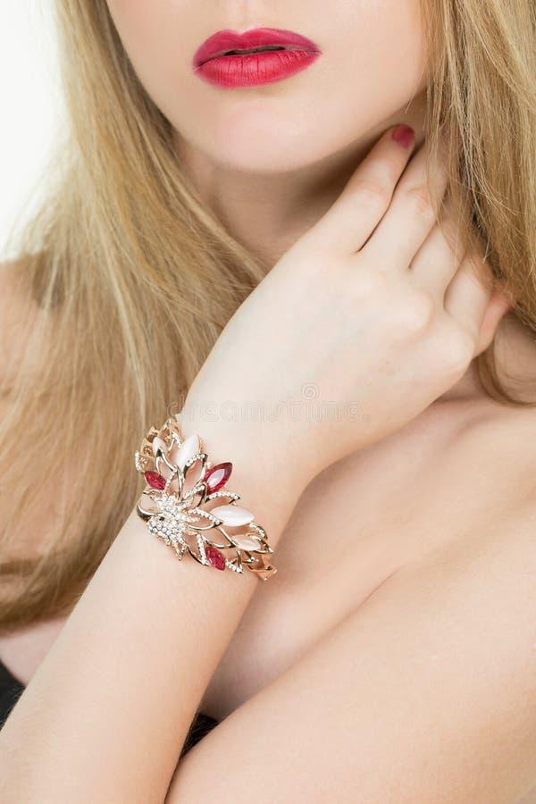 Mooie jonge blonde vrouw in veelvoudige armbanden royalty-vrije stock afbeelding