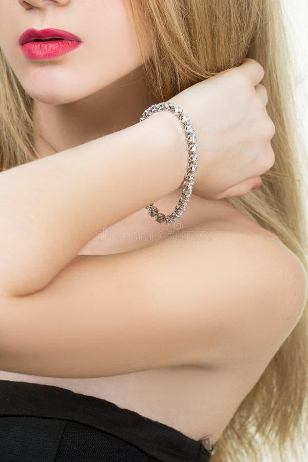 Mooie jonge blonde vrouw in veelvoudige armbanden royalty-vrije stock foto