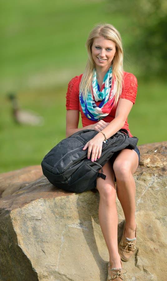 Mooie jonge blonde vrouwelijke student royalty-vrije stock foto