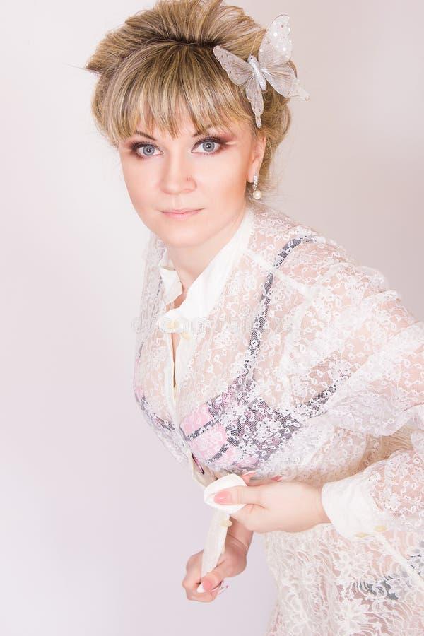 Download Mooie jonge blondevrouw stock afbeelding. Afbeelding bestaande uit lippenstift - 39110171