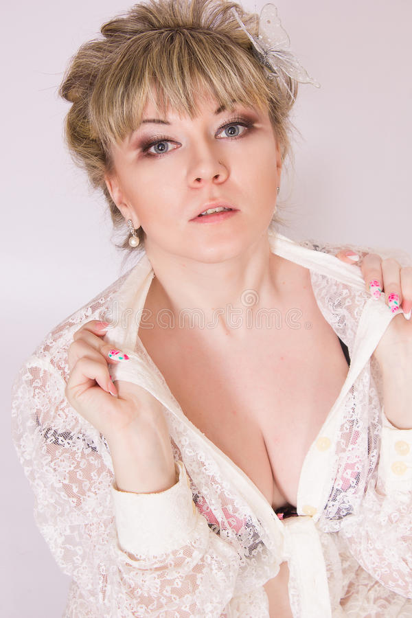 Download Mooie jonge blondevrouw stock foto. Afbeelding bestaande uit juwelen - 39110342