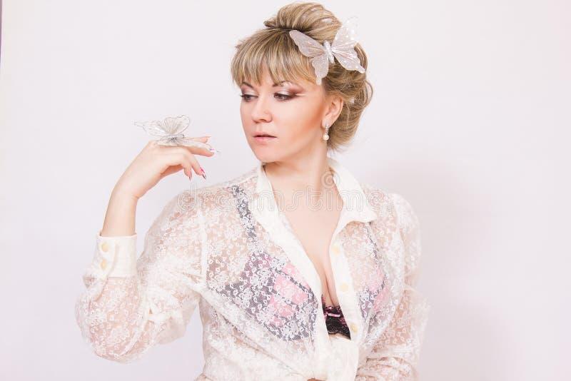 Download Mooie jonge blondevrouw stock afbeelding. Afbeelding bestaande uit oorringen - 39110353
