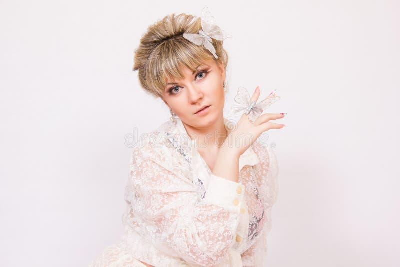 Download Mooie jonge blondevrouw stock foto. Afbeelding bestaande uit kleding - 39110450
