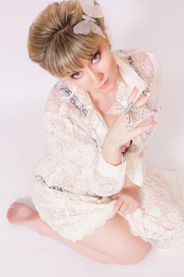 Download Mooie jonge blondevrouw stock afbeelding. Afbeelding bestaande uit brunette - 39110453