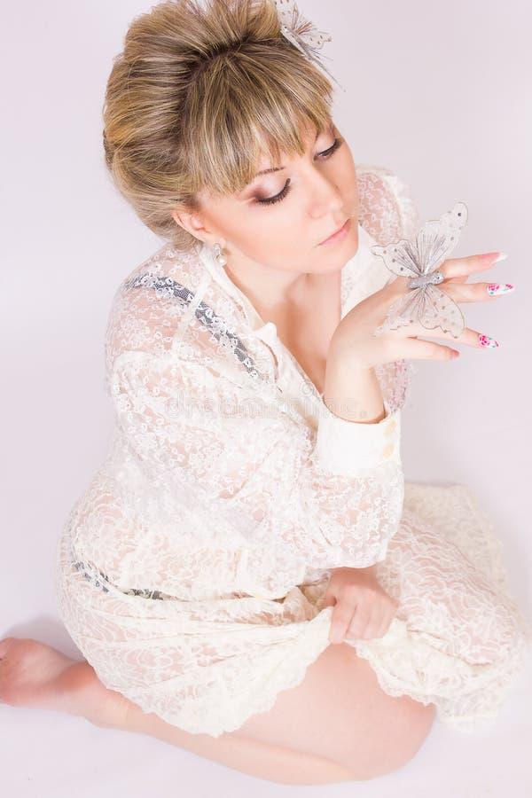 Download Mooie jonge blondevrouw stock afbeelding. Afbeelding bestaande uit oorringen - 39110467
