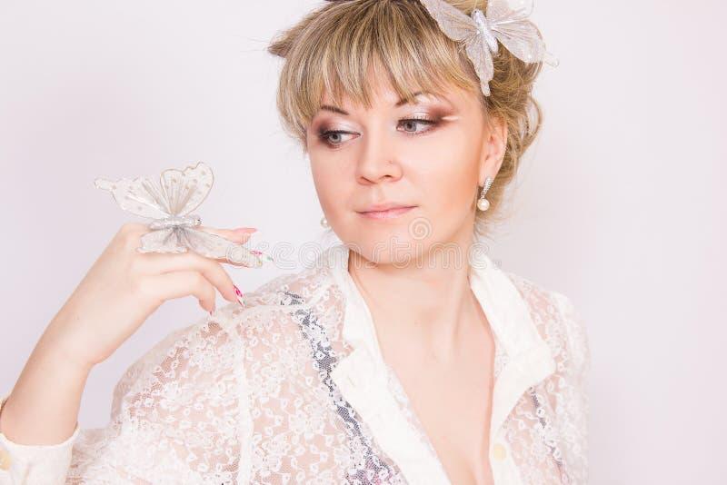 Download Mooie jonge blondevrouw stock foto. Afbeelding bestaande uit makeup - 39110528