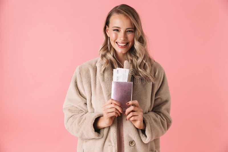 Mooie jonge blondevrouw die de winterbontjas dragen royalty-vrije stock afbeeldingen