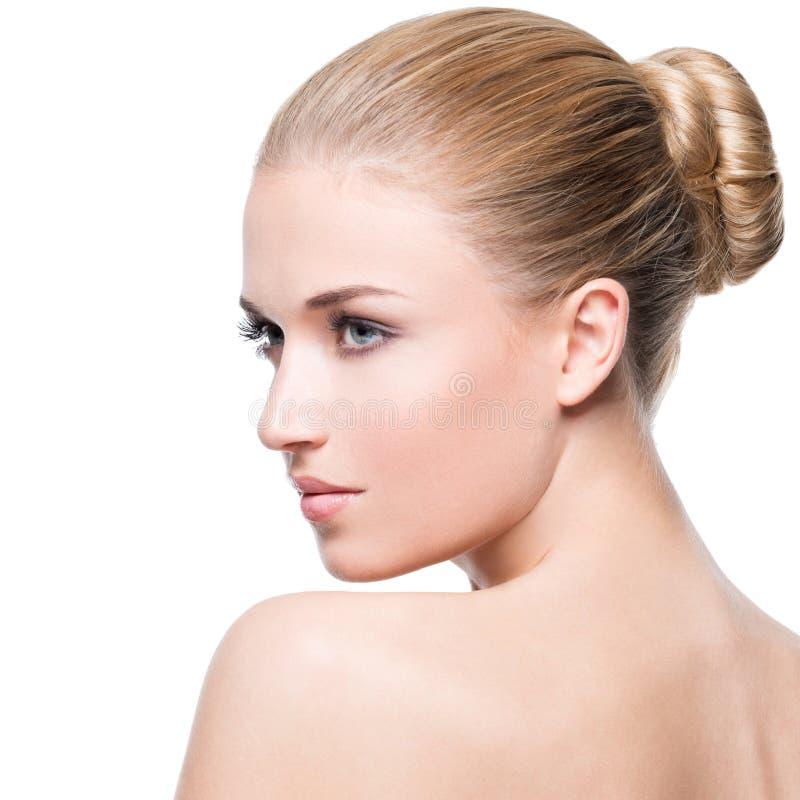 Mooie jonge blondevrouw met perfecte huid royalty-vrije stock afbeeldingen