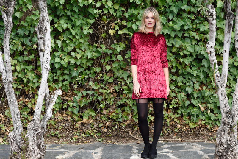 Mooie jonge blondevrouw op groene bladerenachtergrond royalty-vrije stock fotografie