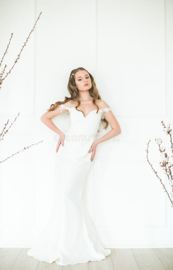 Mooie jonge bruid in een witte kleding met mooie decoratie royalty-vrije stock foto's