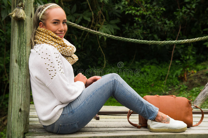 Mooie jonge contemplatieve vrouwenzitting die bij aard staren royalty-vrije stock foto