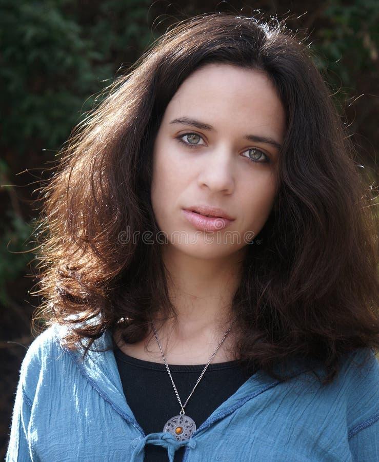 Download Mooie jonge dame stock foto. Afbeelding bestaande uit groen - 292438