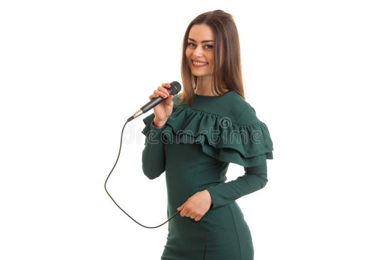 Mooie jonge dame in een kleding die in karaoke en het glimlachen zingen royalty-vrije stock foto's