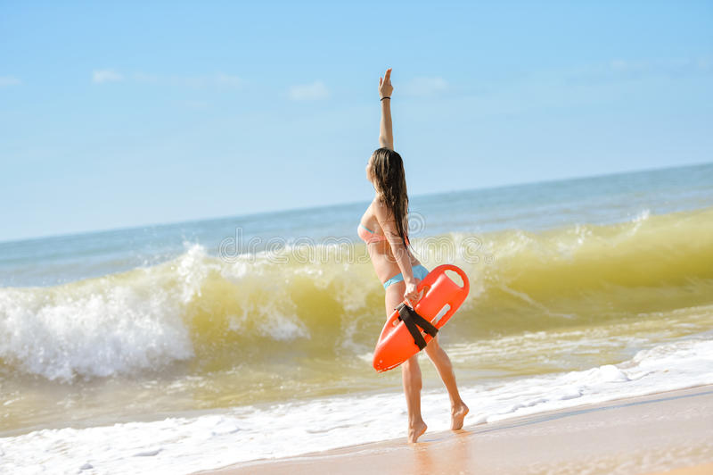 Mooie jonge dame met sinaasappel lifesaver stock foto
