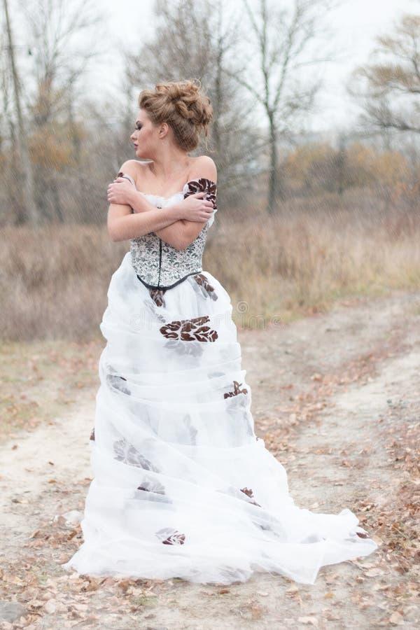 Mooie jonge dame in schitterende uitstekende witte kleding royalty-vrije stock foto