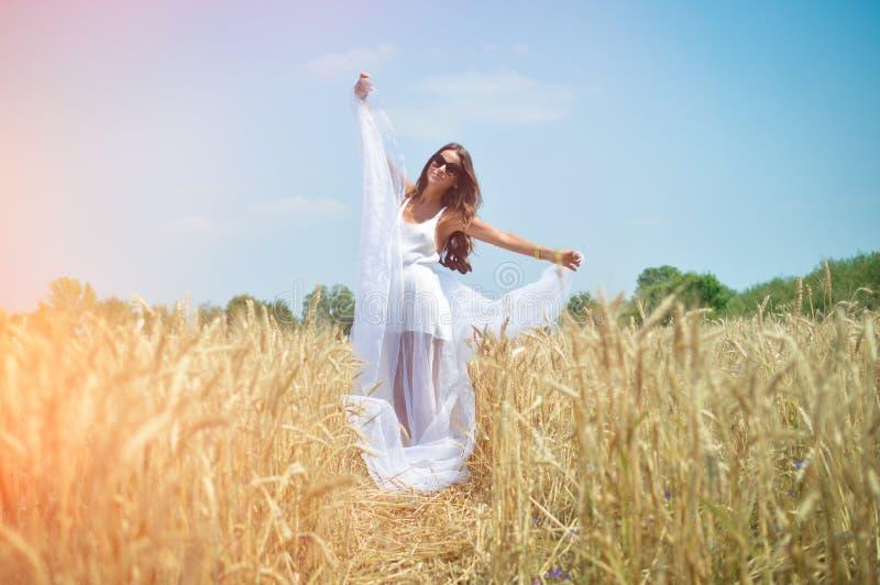 Mooie jonge dame in witte kleding die zich bevinden stock afbeeldingen
