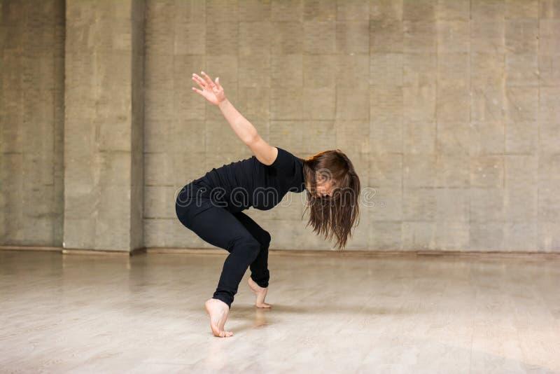 Mooie jonge danser in beweging stock foto