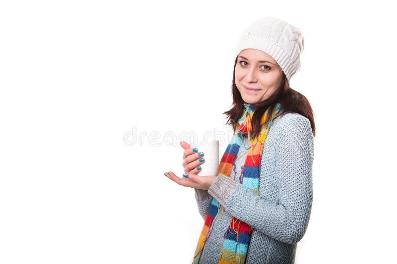 Mooie jonge die vrouw met kop van koffie, op wit wordt geïsoleerd royalty-vrije stock afbeeldingen