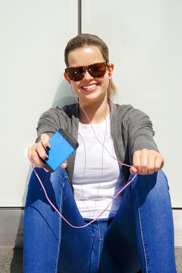 Mooie jonge donkerbruine haar hipster vrouw het luisteren muziek earp stock fotografie