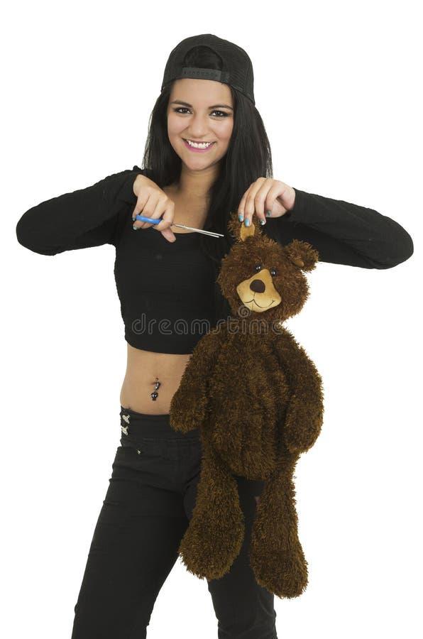Mooie jonge donkerbruine klaar om teddybeer te snijden royalty-vrije stock fotografie